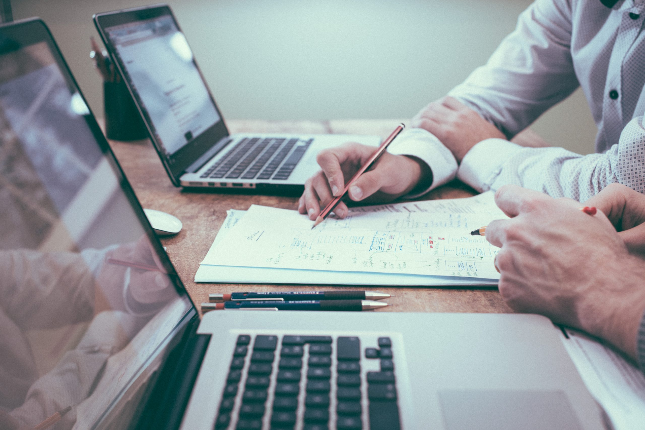 Contador revisa estados financieros con un colega contador